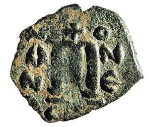 Pièce de monnaie arabe ornée d'une croix chrétienne, frappée entre 640 et 660 par le pouvoir califal (musulman ?) © Clive Foss